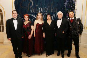 Čerství držitelia ocenenia Bratislavská čučoriedka na Prešporskom bále v spoločnosti autorky Ceny K.Rimóczyovej a J.Topoľského