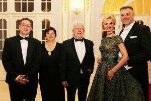 Laureáti Ceny J.Satinského s hostiteľmi Prešporského bálu V.Vondrákom s manželkou a K.Rimóczyovou